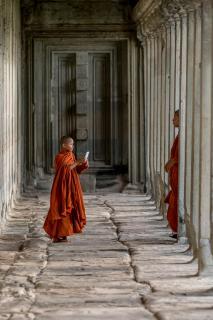 Junger Mönch fotografiert mit dem Smartphone