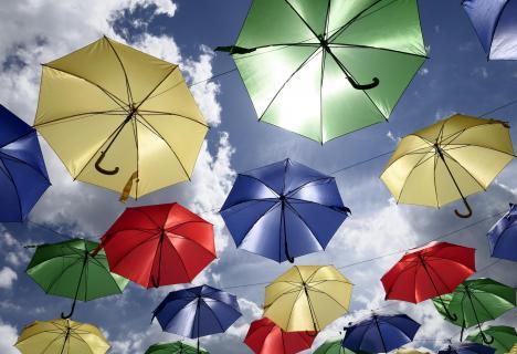 Der Himmel ist voller Schirme.