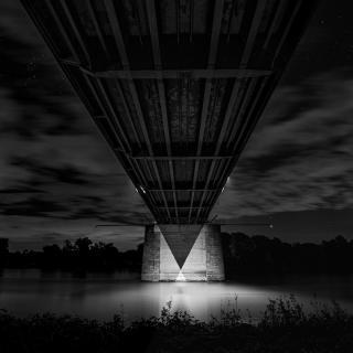 Architektur - Nachtaufnahme von einer Eisenbrücke