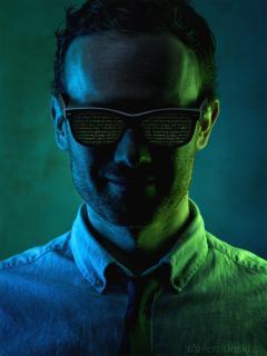 Kreatives Portrait von einem Mann (Programmierer)