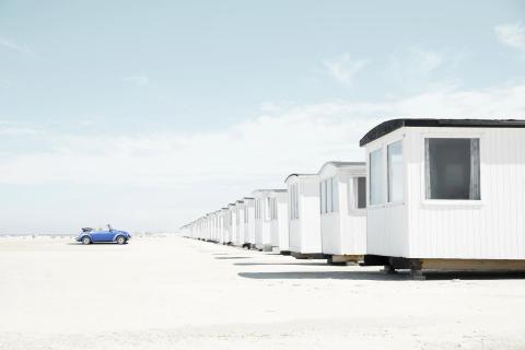Weiße Strandhütten am Strand von Løkken