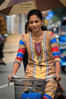 Junges Mädchen auf dem Fahrrad