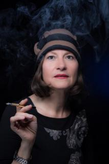 Frau mit Hut und Zigrette