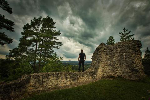 Mann auf der Mauer