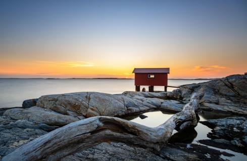 Fischerhütte beim Sonnenuntergang an der schwedischen Küste