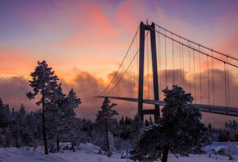 Schwedische Brücke verschwindet im Sonnenuntergang