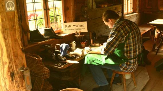 schuster im Bauernhofmuseum Mensch bei der Arbeit