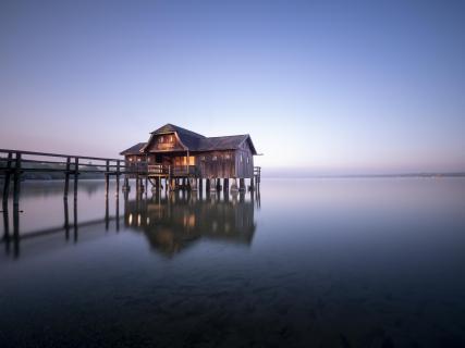 Das große Bootshaus in Stegen am Ammersee