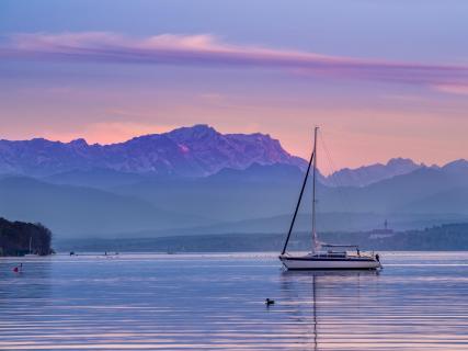 Segelboot auf dem Ammersee mit Zugspitze