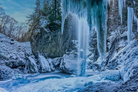 eingefrorener Wasserfall