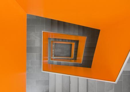 Treppenhaus in orange und steingrau