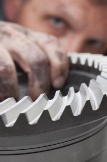 Mechaniker kontrolliert ein Zahnrad