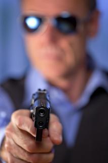 Gangster zielt mit Pistole