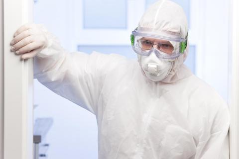 Erschöpfter Arzt in einem Krankenhaus