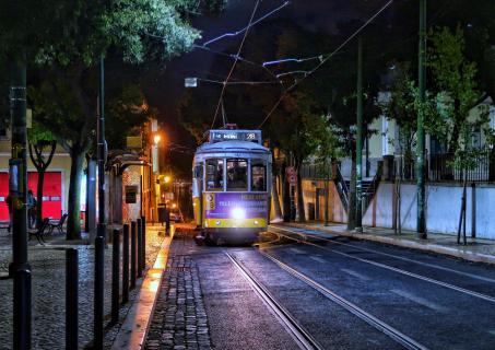 Tram 28 in Graça