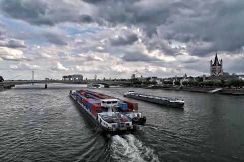 Kontainerschiff am Rhein