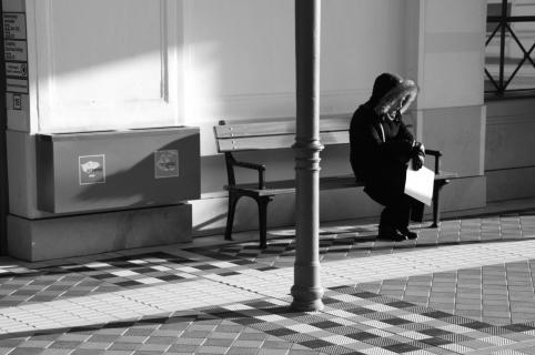 Frau am Bahnsteig