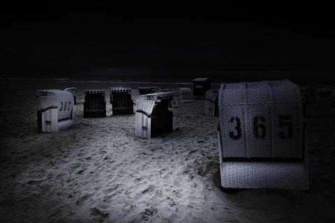 Strandkörbe bei Nacht
