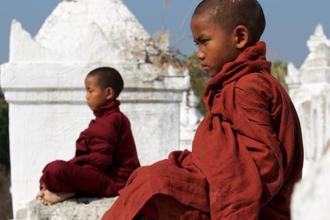 Meditierende Novizen aus Myanmar