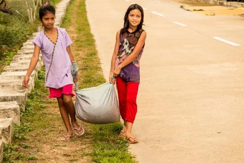 Kinder tragen den Reis