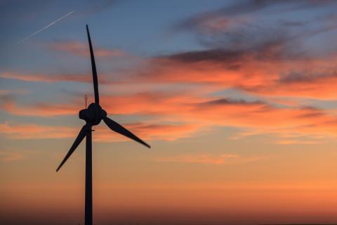 Windrad bei Sonnenuntergang