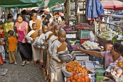 junge Nonnen sammeln Essen