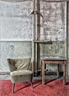 Sessel, Tisch und Teppich