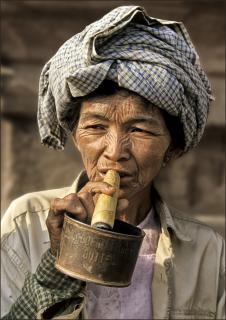 Burmesin raucht schweres Kaliber