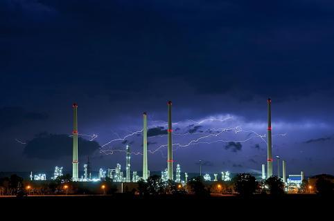 Gewitter über der Raffinerie