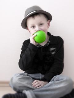 Junge mit Apfel 2