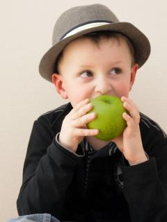 Junge mit Apfel 1