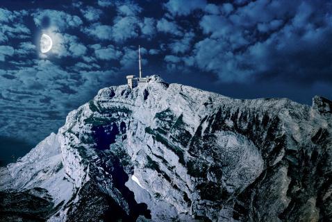 Alpenlandschaft im Mondlicht