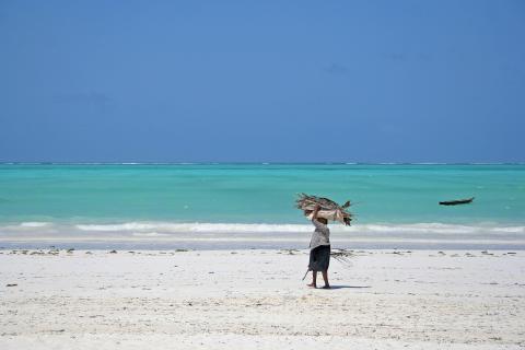 Frau unterwegs in Sansibar