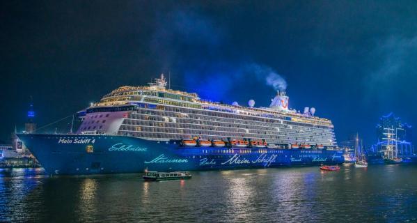 Mein Schiff bei Nacht