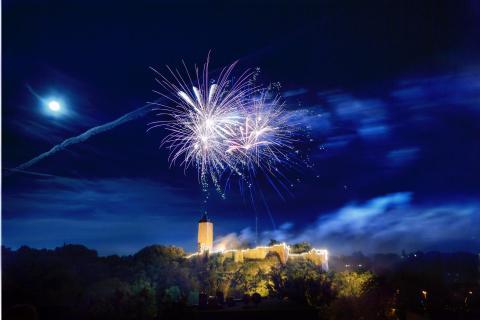 Feuerwerk über der Burg Giebichenstein in Halle an Saale