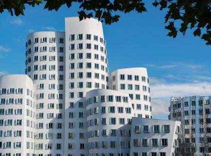Gehry Weber Bauten im Sommer
