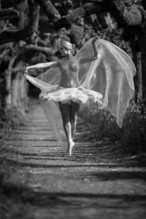 Ballerina in der Allee