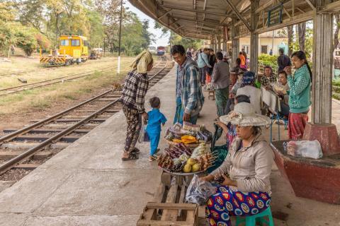 Achtung, der Zug fährt in Kyaukme ein.