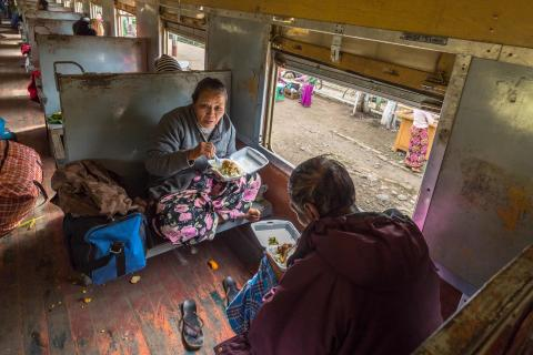 Stärkung im Bahnhof von Kyaukme (Myanmar)