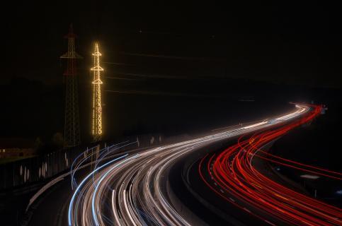 Weihnachtsbeleuchtung an der Autobahn