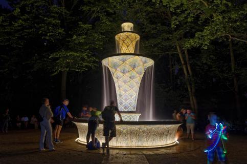 Illuminierter Mosaikbrunnen