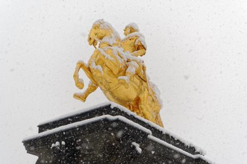 Goldener Reiter im Flockenwirbel