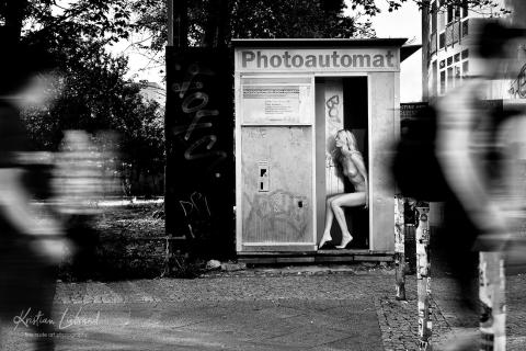 nude in public // urban nude berlin (selfie-queen)