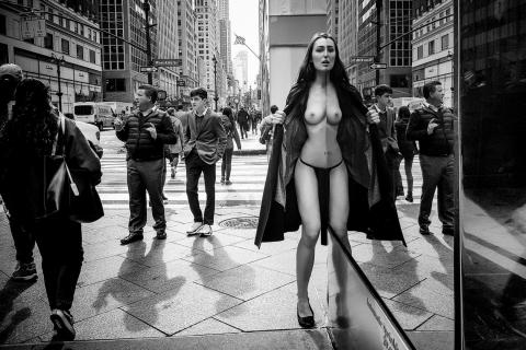 Nude in New York für das Spendenprojekt Mutspenden