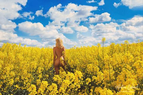 Nude in Nature - Blonde Frau im Rapsfeld