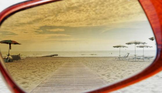 Blick durch die Sonnenbrille