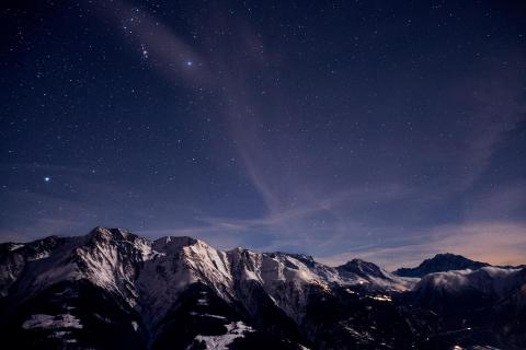 Oriongürtel über weißen Alpen