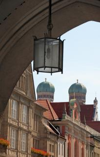 Blick durchs Karlstor in München