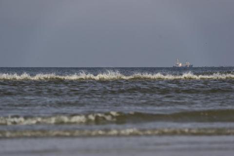 Schiff hinter der Welle