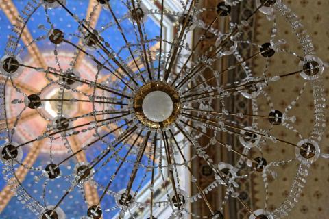 Leuchter in Kirche, Sardinien